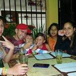 con amigos y familia