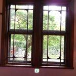 廊下の窓。外に池が見える。