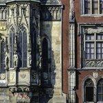 Detalle de la torre del reloj y trozo del ayuntamiento que quedó tras los bombardeos de la SGM