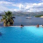 La piscina a sfioro con la vista sul mare