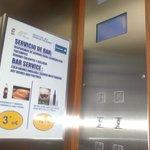 Ofertas anunciadas en el ascensor.