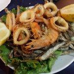 Frittura di calamari, gamberi e alici