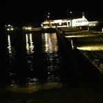 pontile di accesso visto di notte