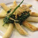 Piatto vegetariano gnocchi di patate con spinaci