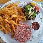 Tartare de boeuf frite salade