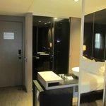 Sulla destra c'è lo specchio dove si può vedere riflesso una parte del letto