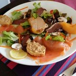 Salade de saumon frais et foie gras