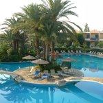 superbe piscine, transat et serviette accessible
