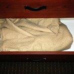 Las mantas extras estaban manchadas, y llenas de bolitas. Así te las encontrabas al abrir el caj