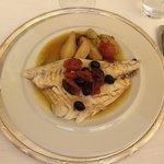 Dorade royale accompagnée de tomates, pommes de terre et olives noires