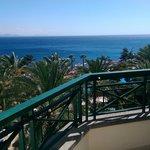 Panorama sulla piscina e sull'oceano dalla camera 1321
