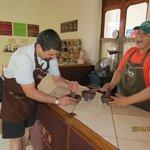 Moliendo los granos de cacao
