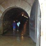 Le long tunnel froid pour rejoindre l'ascenseur