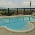 La piscina posta sulla terrazza dell'hotel