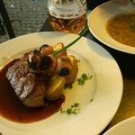 filetto di manzo della Bohemia con una salsa densa condita con olio silvovice, Spiedino di prugn