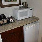 Microondas, cafeteira e frigobar