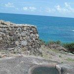 Muro do fortecontracenando com as águas azuis de Gaibú