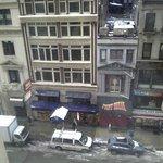 Vista de la habitación que da a la calle! Con nieve es muy lindo!