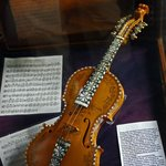 Psalmodica that looks like a violin