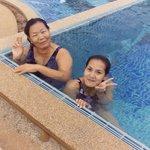 พาแม่ว่ายน้ำในสระ
