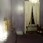 La stanza Creta al III piano dell'edificio in Via del Boschetto 89 a Roma.