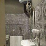 Il bagno mosaicato della stanza Creta.