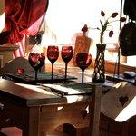 Une table près de la fenêtre dans la salle du restaurant A Fleurs d'Aulps