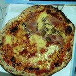 PIZZA METà MARGHERITA E METà 4 STAGIONI D'ASPORTO