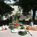 Votre petit déjeuner servi dans le jardin