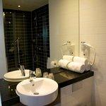 Das Badezimmer mit der geräumigen Dusche