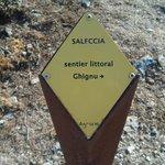 cartello vicino alla spiaggia con indicazione del sentiero che porta alla bellis spiaggia del gh