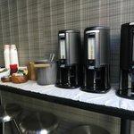 Desayuno muy pobre, con utensilios desechables y ubicado en los mostradores de recepción del hot