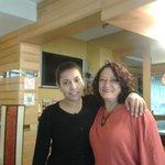 Uma das colaboradoras do hotel e eu