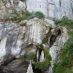 Altra veduta della grotta delle apparizioni sottostante la Basilica