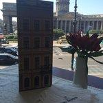 Вид на Казанский собор, открывающийся из-за столика у окна