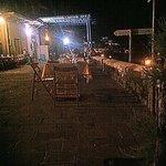Tavoli apparecchiati per strada la sera