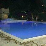 Una delle 2 piscine di notte