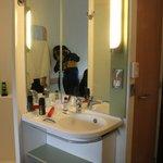 lavatorio separado del baño y la ducha