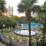 Une des piscines de l'hôtel et le SPA