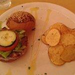 Hamburger di tonno con chips rosse