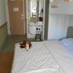Nur eine Bettdecke im Doppelbett