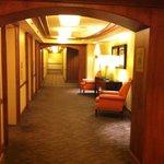 Gang - die Zimmer entspr der Abbildungen auf der Hotel-Website