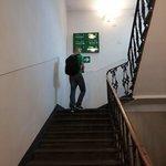 Escaleras que dan a los hoteles.