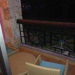 Balcón con mesa y silla. Dispone además de un tendedero en la pared y hamaca.