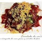 Ensalada de cecina y vinagreta de uvas pasas con virutas de foie