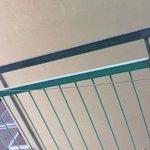 terrazzo con annesso filo elettrico utilizzato come stendi biancheria