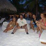 Playa con amigos tomando un ttrago al atardecer