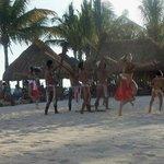 Show Azteca en la playa.
