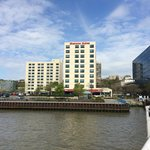 vista del hotel desde el ferry cruzando el río
