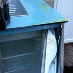 Etat de l'évier et du frigo à notre arrivée, le frigo étant sous évier